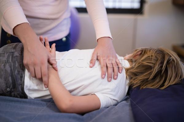 女性 セラピスト 調べる 腕 少年 ベッド ストックフォト © wavebreak_media
