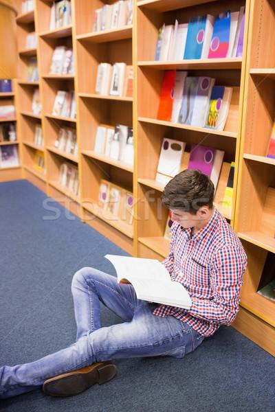 Man lezing boek vergadering boekenplank Stockfoto © wavebreak_media