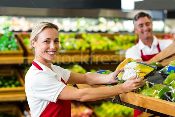 улыбающаяся женщина заполнение овощей коробки супермаркета женщину Сток-фото © wavebreak_media