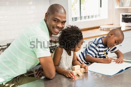 Boldog férfi dől kartondoboz portré ház Stock fotó © wavebreak_media