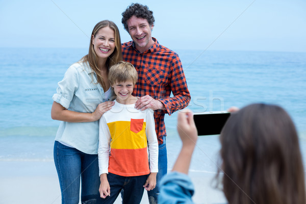 Fille famille mer rive Photo stock © wavebreak_media