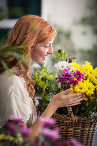 Felice femminile fiorista basket fiori Foto d'archivio © wavebreak_media