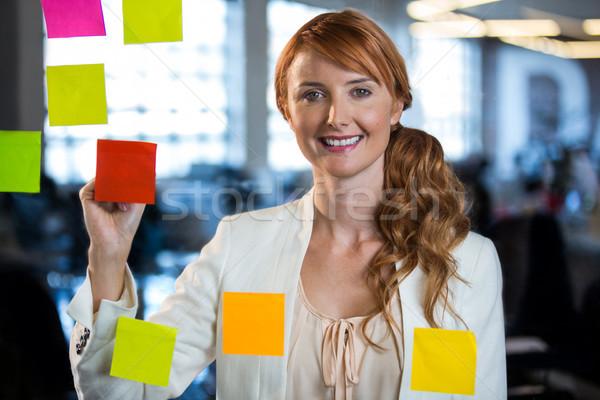 Foto stock: Retrato · mujer · de · negocios · escrito · adhesivo · notas