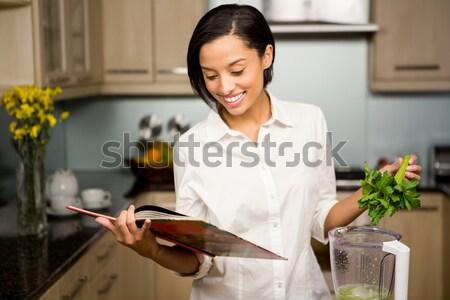 Portret kelnerka kubek ciasto taca Zdjęcia stock © wavebreak_media