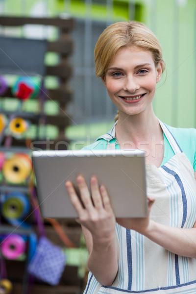 Mutlu kadın çiçekçi dijital tablet portre Stok fotoğraf © wavebreak_media