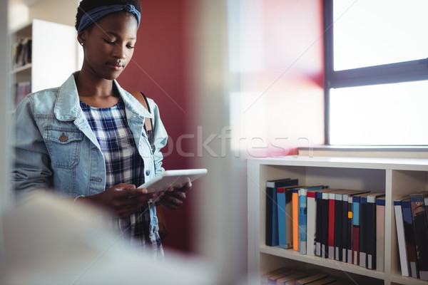 внимательный школьница цифровой таблетка библиотека школы Сток-фото © wavebreak_media