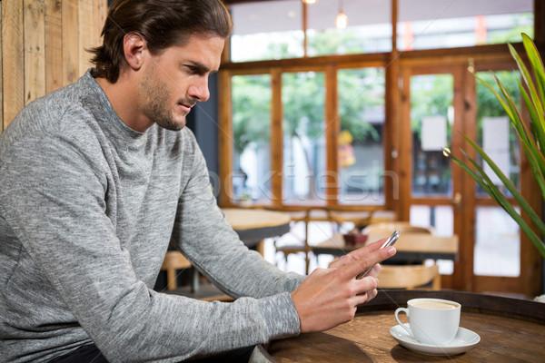Bell'uomo smartphone tavola coffee shop telefono uomo Foto d'archivio © wavebreak_media