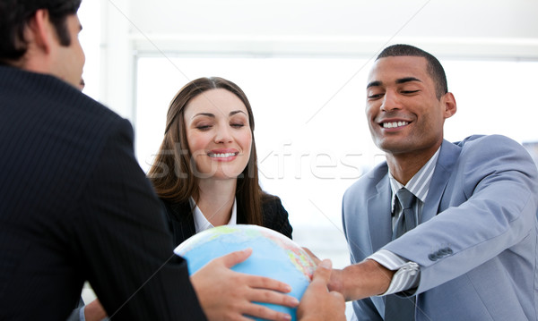 Stockfoto: Geslaagd · zakenlieden · vergadering · rond · wereldbol · bedrijf