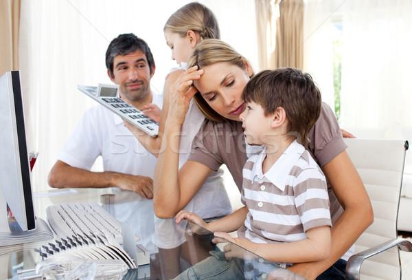 Parents aider enfants devoirs living ordinateur Photo stock © wavebreak_media