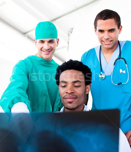Otimista masculino médicos olhando raio x hospital Foto stock © wavebreak_media