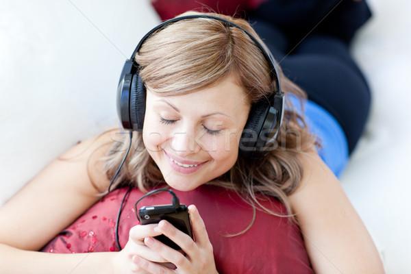 Gioioso donna ascolto musica soggiorno home Foto d'archivio © wavebreak_media