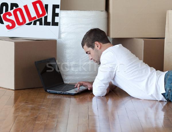 Сток-фото: молодым · человеком · полу · ноутбука · счастливым · домой