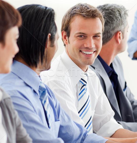 Ravi affaires regarder caméra réunion équipe Photo stock © wavebreak_media