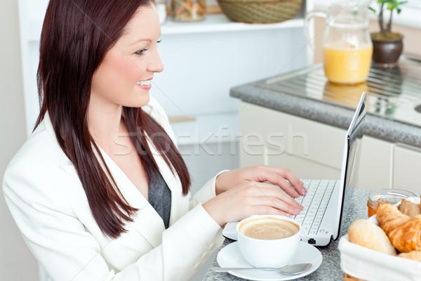 Positivo empresária usando laptop café da manhã casa negócio Foto stock © wavebreak_media