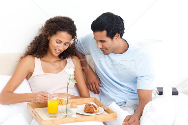 Cute mujer comer cereales desayuno cama Foto stock © wavebreak_media