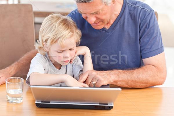 Erkek dede bakıyor dizüstü bilgisayar ev bilgisayar Stok fotoğraf © wavebreak_media