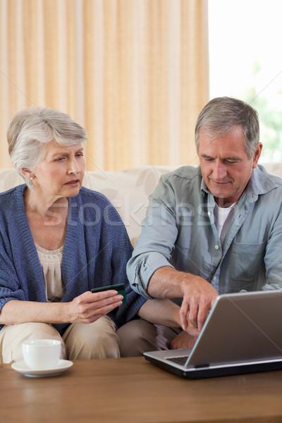 Jubilado Pareja mirando portátil casa mujer Foto stock © wavebreak_media