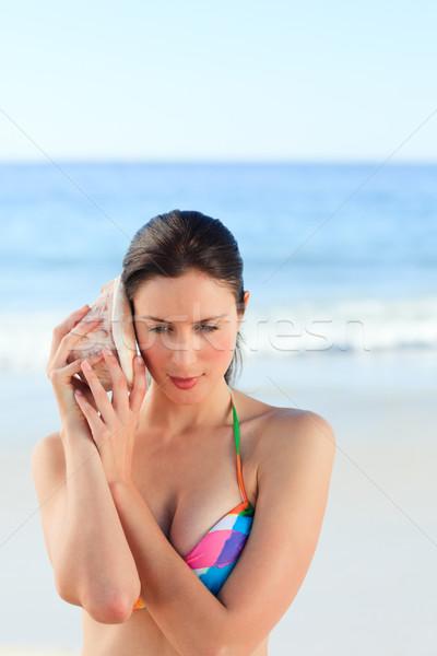 Mulher escuta concha mãos feliz mar Foto stock © wavebreak_media
