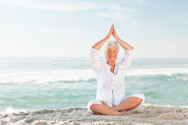 Mujer madura yoga playa mujeres feliz Foto stock © wavebreak_media