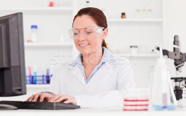 Mooie wetenschapper typen verslag computer vrouw Stockfoto © wavebreak_media
