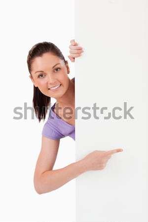 Goed kijken vrouwelijke wijzend exemplaar ruimte permanente witte Stockfoto © wavebreak_media