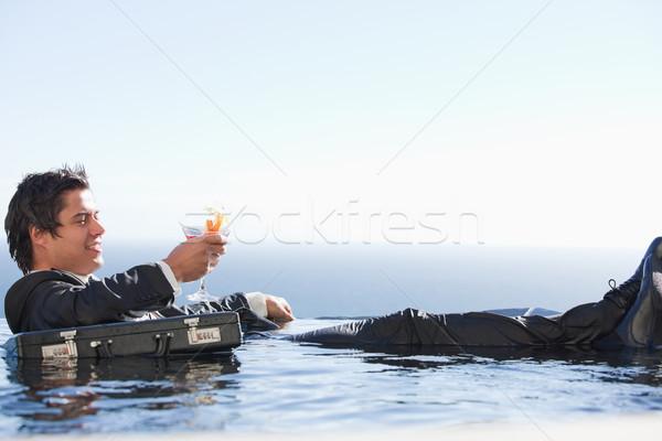 Foto stock: Jovem · empresário · relaxante · piscina · coquetel · terno