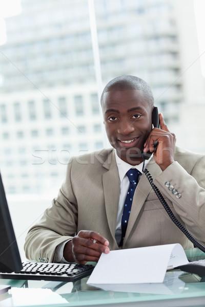 Portrait souriant entrepreneur coup de téléphone lecture Photo stock © wavebreak_media