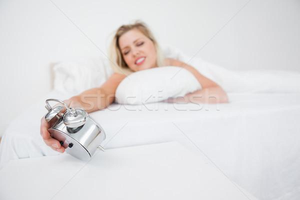 Nő néz ébresztőóra ágy idő női Stock fotó © wavebreak_media