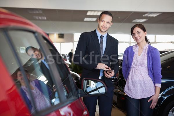 Mulher vendedor em pé lado carro compras Foto stock © wavebreak_media