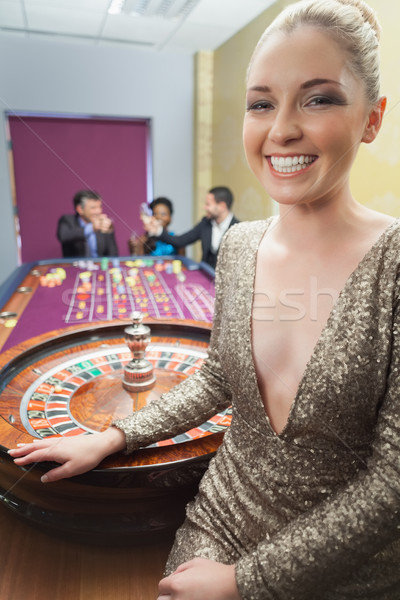 Nő mosolyog vmi mellett rulettkerék kaszinó pénz fekete Stock fotó © wavebreak_media