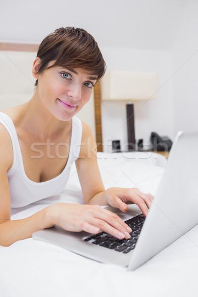 Mooie vrouw met behulp van laptop bed hotelkamer computer vrouw Stockfoto © wavebreak_media