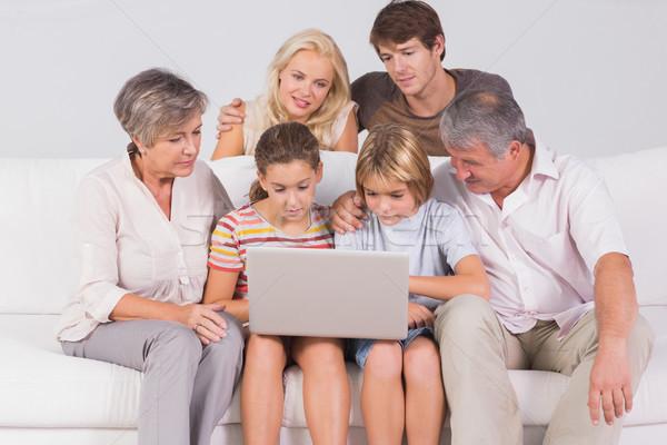 Famiglia guardando laptop divano seduta stanza Foto d'archivio © wavebreak_media