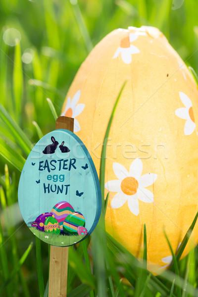 Görüntü easter egg hunt imzalamak turuncu easter egg Stok fotoğraf © wavebreak_media