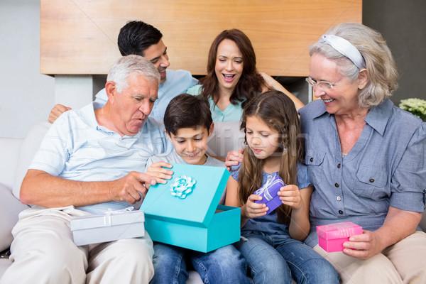 Uitgebreide familie vergadering sofa woonkamer vrolijk Stockfoto © wavebreak_media