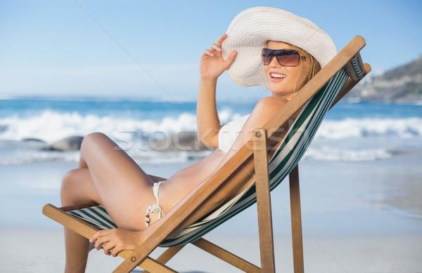 Mooie vrouw ontspannen dek stoel strand Stockfoto © wavebreak_media