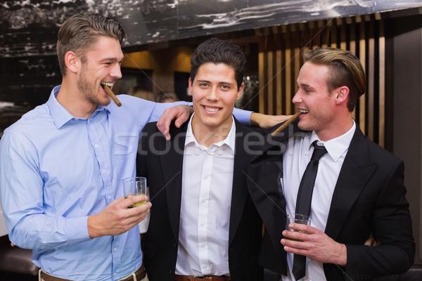 Guapo amigos beber junto bar cóctel Foto stock © wavebreak_media