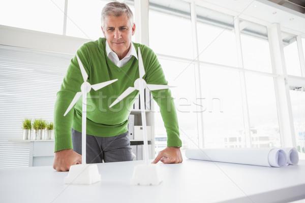Przypadkowy biznesmen patrząc model biuro Zdjęcia stock © wavebreak_media