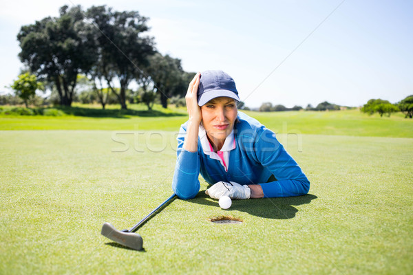 Feminino jogador de golfe olhando bola verde Foto stock © wavebreak_media