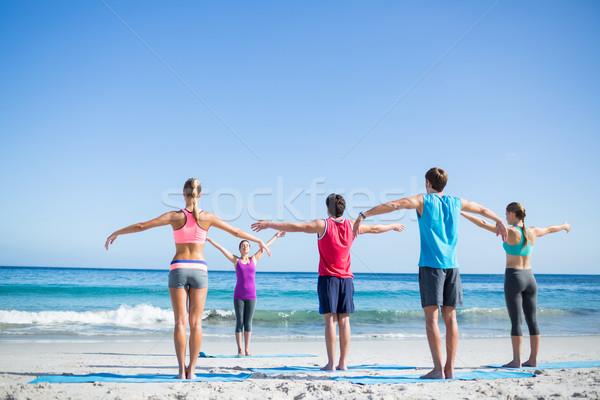 Znajomych jogi wraz nauczyciel plaży kobieta Zdjęcia stock © wavebreak_media