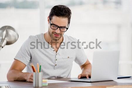 Biznesmen formalności biurko młodych ściany Zdjęcia stock © wavebreak_media