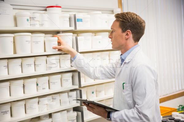 Przystojny farmaceuta muzyka półka szpitala Zdjęcia stock © wavebreak_media