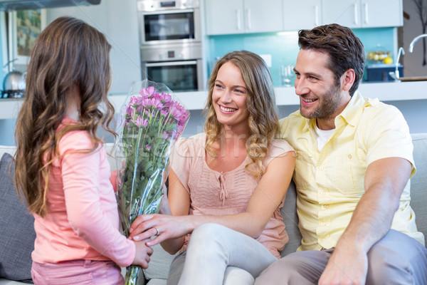 Dochter verrassend moeder bloemen home woonkamer Stockfoto © wavebreak_media