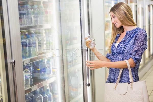 Mooie glimlachend blonde vrouw kopen bevroren producten Stockfoto © wavebreak_media