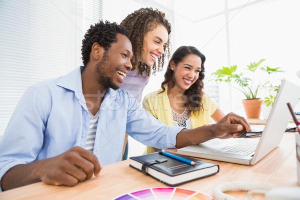 счастливым используя ноутбук указывая экране служба Сток-фото © wavebreak_media