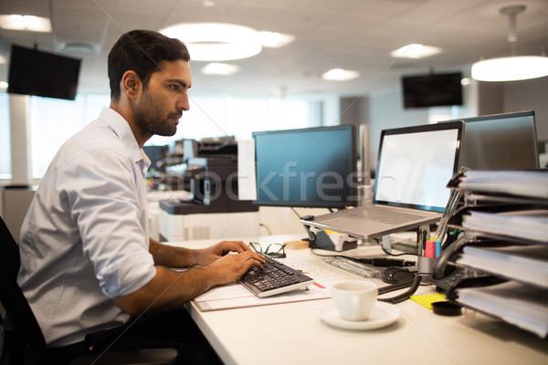 Centrado empresario escritorio pc oficina vista lateral Foto stock © wavebreak_media