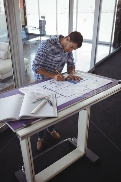 Fókuszált belsőépítész tervez papír kreatív iroda Stock fotó © wavebreak_media