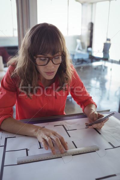 Kadın iç mimar çizim kağıtları ofis odaklı Stok fotoğraf © wavebreak_media
