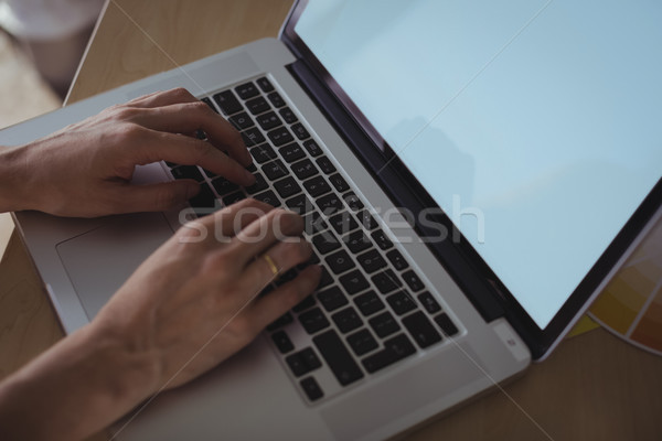 Mains femme d'affaires travail portable bureau bureau Photo stock © wavebreak_media