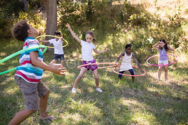 Derűs barátok játszik táborhely füves mező Stock fotó © wavebreak_media