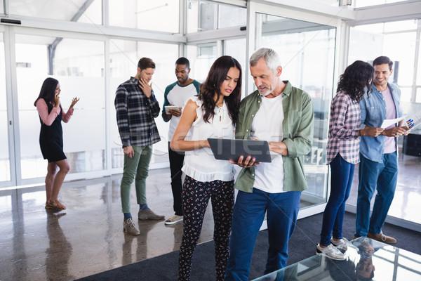 Pessoas de negócios discutir sala de reuniões em pé azul vermelho Foto stock © wavebreak_media